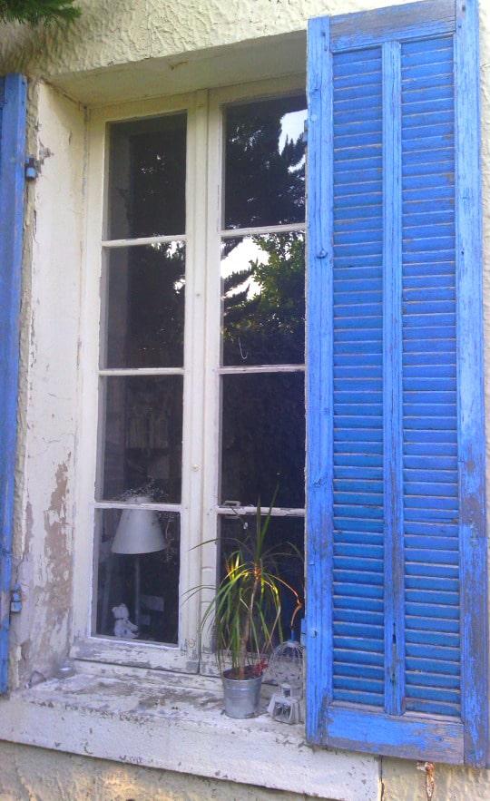 Une fenêtre simple vitrage au Sud avant travaux de rénovation énergétique