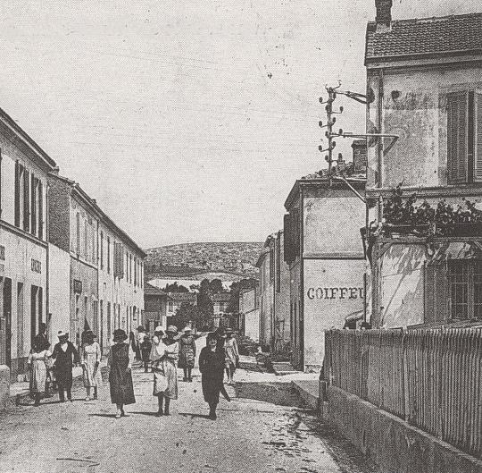 Photo de 1920 où apparait la maison à droite